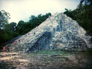 Rovine nella giungla del tempio di Cobá Messico