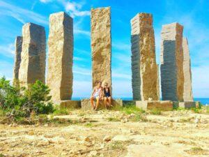 Installazione di pietre sulle coste di Ibiza