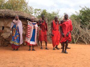 Tribù Masai con vestiti tipici vicino allo Tsavo Est in Kenya