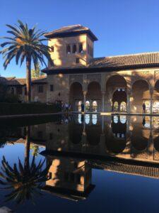 Interno con vasca dell Alhambra a Granada