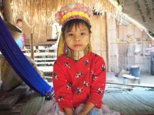 Bambina donne dal collo lungo Tribù Karen Thailandia