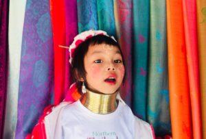 Bambina della Tribù donne dal collo lungo Karen in Thailandia