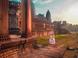 Alba tra le rovine di Angkor Wat in Cambogia