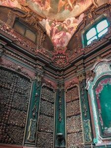 mura con teschi dell'interno del Santuario di San Bernardino alle ossa a Milano
