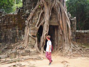 Portale con pianta tra le rovine del sito Angkor Wat in Cambogia, tempio Ta Som