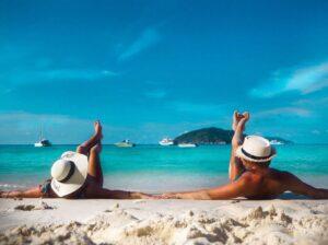 Sdraiati sulla spiaggia delle Isole Similan in Thailandia