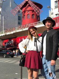 davanti all' ingresso del Moulin Rouge a Parigi