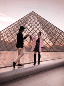 Foto al Tramonto davanti le vetrate del Louvre a Parigi