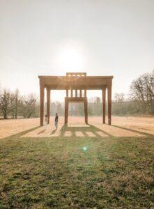 Installazione tavolo e sedia dentro il Parco
