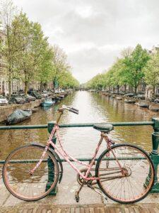 Bicicletta su canale ad Amsterdam Olanda