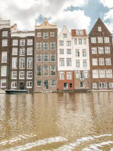 Facciate delle case simbolo sul canale ad Amsterdam