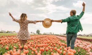 Ragazzi nel campo di tulipani in Olanda