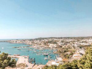 Panorama su porto in Puglia