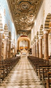 Interno del Duomo di Volterra in Toscana