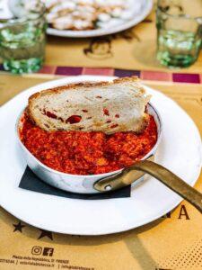 pappa al pomodoro in pentolino con crosta di pane